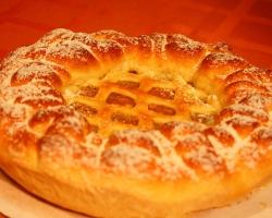 Пирог с сдобный с яблоком, изюмом, курагой, орехами